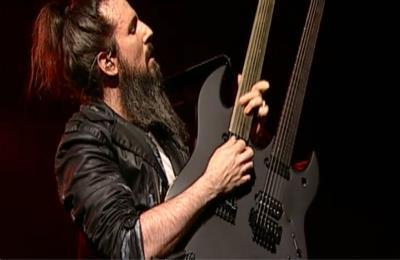 <br/>Ron est né le 25 septembre 1969 et est guitariste du groupe depuis 2006.